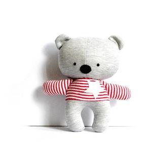 Medve maci játékfigura Plüss játék Plüss figura plüssmaci, Gyerek & játék, Játék, Játékfigura, Plüssállat, rongyjáték, Varrás, Medve figura piros-fehér csíkos pólóban.\nMagassága 25 cm.\nFém és műanyag alkatrészeket nem tartalmaz..., Meska