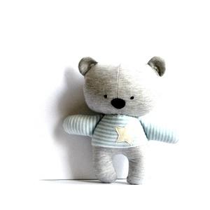 Maci mackó medve játék játékfigura állatfigura plüss szürke fehér türkiz csíkos, Maci, Plüssállat & Játékfigura, Játék & Gyerek, Varrás, Medve figura világos türkizkék-fehér csíkos pólóban.\nMagassága kb. 28 cm a füleivel együtt.\nFém és m..., Meska