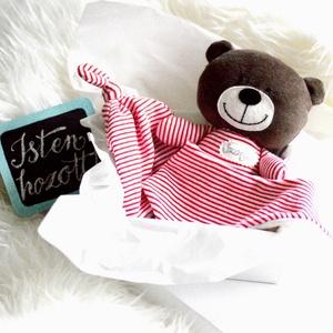 Névre szóló babaváró csomag - medve maci mackó - babasapka - babakendő - baba kendő - nyálkendő, Gyerek & játék, Játék, Játékfigura, Baba-mama kellék, Babaváró ajándékcsomag A doboz tartalma: - MEDVE FIGURA piros-fehér csíkos pólóban, kézzel hímzett n..., Meska