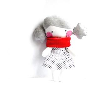 Textil baba Rongybaba Játék baba Játékbaba Piros Fekete-fehér Pöttyös, Játék, Gyerek & játék, Baba, babaház, Varrás, Textil baba levehető pöttyös szoknyával és piros bébiplüss sállal.\nMagassága 25 cm. \nFém és műanyag ..., Meska