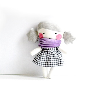 Textil baba Rongybaba Játék baba Játékbaba Lila Fehér Szürke Kockás, Játék, Gyerek & játék, Baba, babaház, Játékfigura, Varrás, Textil baba levehető sötétszürke-fehér kockás szoknyával és lila bébiplüss sállal.\nMagassága 25 cm. ..., Meska