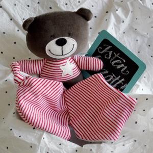 Babaváró csomag - medve maci mackó - babasapka - babakendő - baba kendő - nyálkendő, Játék & Gyerek, Babalátogató ajándékcsomag, Varrás, Babaváró ajándékcsomag\nA doboz tartalma:\n- MEDVE FIGURA piros-fehér csíkos pólóban, magassága 25 cm,..., Meska