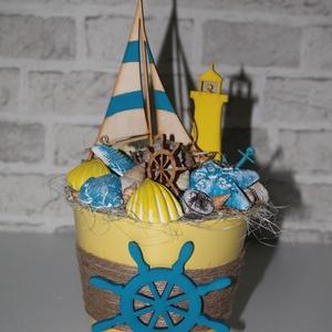 Sárga kék tengerész nyári asztaldísz, Dekoráció, Otthon & lakás, Dísz, Lakberendezés, Asztaldísz, Virágkötés, 14 cm átmérőjű fém kaspót dekoráltam a nyár hangulatának megfelelően kagylókkal, fa figurákkal, term..., Meska