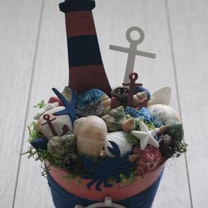 Kék-lazac színű tengerész nyári asztaldísz, Dekoráció, Otthon & lakás, Dísz, Lakberendezés, Asztaldísz, Virágkötés, 14 cm átmérőjű fém kaspót dekoráltam a nyár hangulatának megfelelően kagylókkal, fa figurákkal, term..., Meska