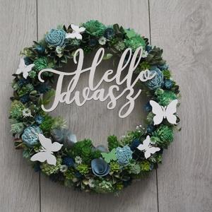 Hello Tavasz zöld-kék ajtókoszorú, Dekoráció, Otthon & lakás, Lakberendezés, Ajtódísz, kopogtató, Koszorú, Virágkötés, Fonott vessző alapra készült tavaszi ajtókoszorú zöld és kék száraz virágokkal, művirágokkal, termés..., Meska