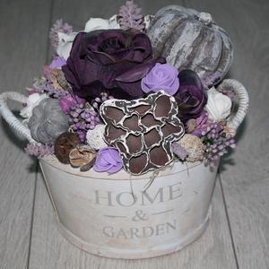 Őszi asztaldísz lila színekben, Otthon & lakás, Dekoráció, Dísz, Lakberendezés, Asztaldísz, Mindenmás, Virágkötés, Fa kaspót kibéleltem és termésekkel, művirágokkal, őszi díszekkel dekoráltam. Átmérő: kb. 20 cm...., Meska