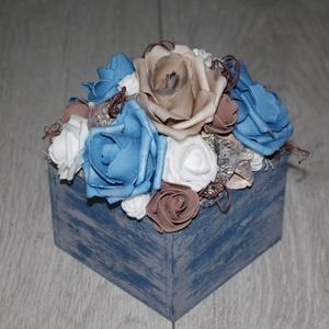 rózsás asztaldísz, őszi dísz, Otthon & lakás, Dekoráció, Dísz, Lakberendezés, Asztaldísz, Virágkötés, Fa ládát rózsákkal, termésekkel díszítettem. Átmérő kb. 14 cm., Meska