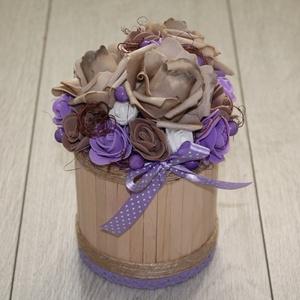 Asztaldísz, őszi asztaldísz lila barna színekben, Otthon & lakás, Dekoráció, Dísz, Lakberendezés, Asztaldísz, Mindenmás, Virágkötés, Fém dobozt bevontam, majd mű virágokkal dekoráltam. Átmérő: kb. 12 cm., Meska