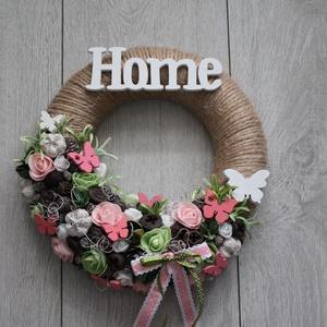 Natúr, rózsaszín, zöld koszorú home felirattal, Otthon & Lakás, Dekoráció, Ajtódísz & Kopogtató, Mindenmás, Virágkötés, Meska