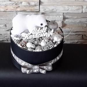 Jegesmacis doboz dísz, Karácsony, Karácsonyi dekoráció, Virágkötés, 18 cm-es fekete dobozba épített, jegesmacival és termésekkel díszített asztali dekoráció. Szélessége..., Meska