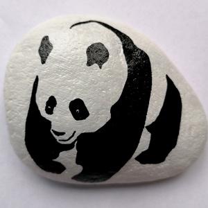 Panda Festett Kavics, Kavics & Kő, Dekoráció, Otthon & Lakás, Festészet, Kézzel rajzolt panda maci, kavicson!\nFehér akrillal alapoztam. \nBevontam lakkal, így tartós is.\nA há..., Meska