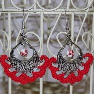 Piros horgolt fülbevaló ezüst színű fém kiegészítővel, Ékszer, Fülbevaló, Esküvő, Esküvői ékszer, Ékszerkészítés, Horgolás, Saját ötlet alapján készült fülbevaló! A fém alapra való horgolással, és a hozzá illő gyönggyel össz..., Meska