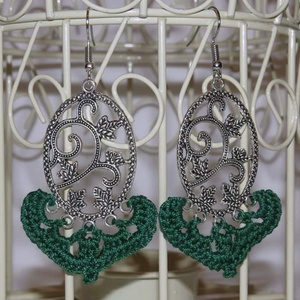 Zöld horgolt fülbevaló fém kiegészítőre, Ékszer, Fülbevaló, Ékszerkészítés, Horgolás, Saját ötlet alapján készült fülbevaló! A fém alapra való horgolással, és a hozzá illő gyönggyel össz..., Meska