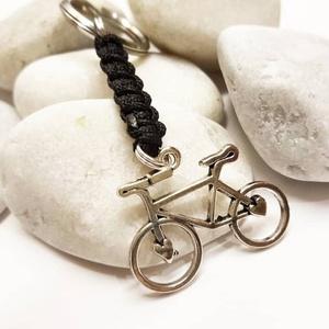 Bicikli kulcstartó vagy táskadísz, Ékszer, Karkötő, Fonott karkötő, Csomózás, Ékszerkészítés, Makramé csomózástechnikával készítettem a kulcstartót bicikli medállal.  Ha más színű zsinórral szer..., Meska