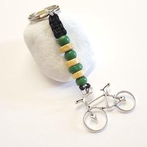 Bicikli kulcstartó, Táska & Tok, Kulcstartó & Táskadísz, Kulcstartó, Csomózás, Ékszerkészítés, 21 x 20 mm-es bicikli medálból , és fagyöngyökből készítettem a kulcstartót makramé csomózástechniká..., Meska