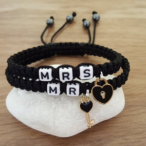 MR, MRS -  páros karkötők, Ékszer, Karkötő, Névre szóló karkötő, Csomózás, Ékszerkészítés, MR ( 18 cm), és MRS ( 16,5 cm) feliratú karkötőket készítettem kulcs, és lakat fityegővel .\n Az éksz..., Meska