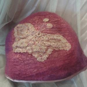 Lepkeszárny nemezelt kalap, Táska, Divat & Szépség, Nemezelés, Merinói gyapjúból készült, beledolgozott selyemmel, melyet horgolás díszít. Szélét szegőpánt díszíti..., Meska