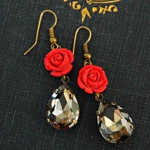 Flamenco - klasszikus kristályfülbevaló , Ékszer, Fülbevaló, Ékszerkészítés, Klasszikus kristályfülbevaló faragott cinóber rózsával.\nHossza 5 cm (akasztóval)., Meska