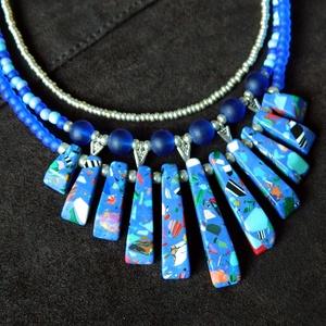 Rosella - háromsoros nyaklánc howlittal és üveggyöngyökkel, Statement nyaklánc, Nyaklánc, Ékszer, Ékszerkészítés, Látványos nyaklánc mozaikos howlit hasábokkal és üveggyöngyökkel.\nHossza 46 cm + 10 cm hosszabbítólá..., Meska