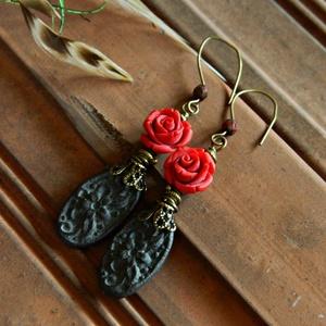 Tarantella - rusztikus kerámia fülbevaló faragott cinóber rózsával, fekete piros fülbevaló, hippi, bohém fülbevaló - Meska.hu