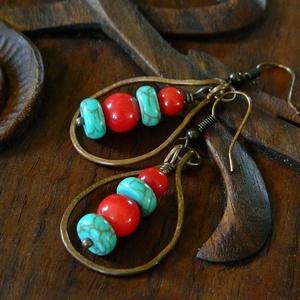 Arizona - rusztikus vörösréz fülbevaló korallal és howlittal, bohém fülbevaló, boho stílusú fülbevaló, ásványékszer, Ékszer, Fülbevaló, Ékszerkészítés, Fémmegmunkálás, Enyhén antikolt, kalapált vörösréz fülbevaló, korall és howlith gyöngyökkel.\nHossza akasztóval 5,6 c..., Meska