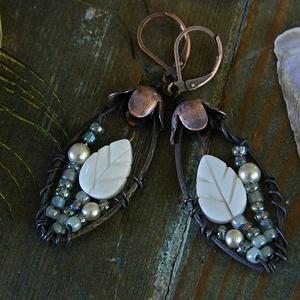 Szirén - rusztikus fülbevaló, kagylós fülbevaló, fehér szürke fülbevaló leveles üveggyöngy fülbevaló vörösréz fülbevaló, Lógó csepp fülbevaló, Fülbevaló, Ékszer, Ékszerkészítés, Flora Rustica - kollekció\n\nEgyedi antikolt fülbevaló üveggyöngyökkel.\nHossza 6 cm (kapoccsal együtt)..., Meska