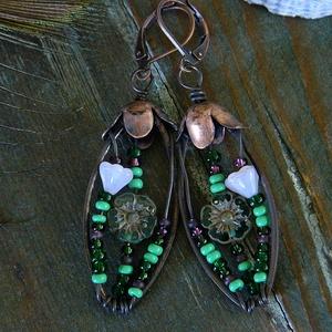 Zöld mező - virágmintás fülbevaló, zöld kék fülbevaló, tavaszi fülbevaló, rusztikus fülbevaló, vörösréz fülbevaló, Lógó csepp fülbevaló, Fülbevaló, Ékszer, Ékszerkészítés, Flora Rustica - kollekció\n\nEgyedi antikolt fülbevaló üveggyöngyökkel.\nHossza 6 cm (kapoccsal együtt)..., Meska