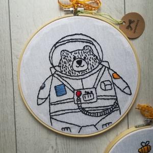Hímzett Macis falikép (űrhajós), Gyerek & játék, Gyerekszoba, Baba falikép, Dekoráció, Otthon & lakás, Hímzés, Botond maci ha felnő űrhajós szeretne lenni :) Már most arról álmodozik,hogy milyen is lesz a rakétá..., Meska