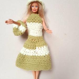 horgolt Barbie baba ruha zöld-fehér színben, Babaruha, babakellék, Baba & babaház, Játék & Gyerek, Horgolás, 100 % akril fonalból horgoltam, kötöttem, zöld-fehér színekben. A ruhához kalap és kézitáska is tart..., Meska