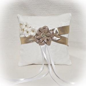 Arany  gyűrűpárna, Esküvő, Gyűrűpárna, Varrás, Rózsa mintás brokátból készült gyűrűpárna, arany színű szatén szalaggal.\nDíszítése arany színű texti..., Meska