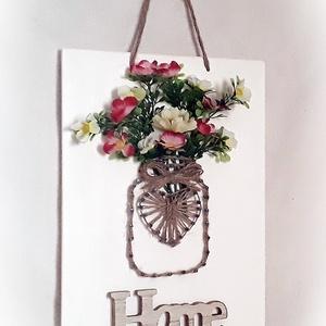 Mindig új: ajtódísz, kopogtató, fali dísz, táblakép, falikép,fonalkép, fa tábla,váza,cserép, tavaszi, nyári, őszi, téli, Lakberendezés, Otthon & lakás, Falikép, Festett tárgyak, Fonás (csuhé, gyékény, stb.), Díszítsd kedvenc virágaiddal ezt a faliképet, amelyet tehetsz kültérre és bentre is.\nVáltogasd az év..., Meska