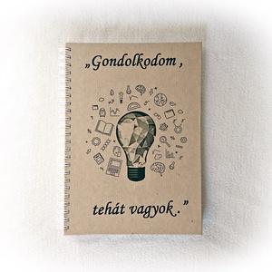 Gondolkodom, tehát vagyok napló, jegyzetfüzet, A5 méret, latin közmondás,emlékkönyv, Otthon & lakás, Naptár, képeslap, album, Jegyzetfüzet, napló, Fotóalbum, Férfiaknak, Könyvkötés, Fotó, grafika, rajz, illusztráció, Kavarognak a fejedben a gondolatok, tele vagy jó ötletekkel, szeretsz elmélkedni dolgokon...?\nHaszná..., Meska