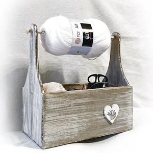 Fonal tartó, fonal vezető, kézimunka tároló fa doboz, horgolás, csipke, vintage, antikolt, Otthon & Lakás, Tárolás & Rendszerezés, Láda, Famegmunkálás, Kötéshez, horgoláshoz, egyéb kézimunka tárolására készült fa láda.\nHa neked is folyton összekuszálód..., Meska