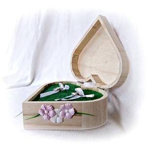 Szív alakú gyűrűtartó natúr fadoboz, esküvő, Esküvő, Kiegészítők, Gyűrűtartó & Gyűrűpárna, Festett tárgyak, Natúr szív alakú fa gyűrűdoboz, tetején és két oldalán selyemvirágokkal, levéllel és gyöngyökkel dís..., Meska