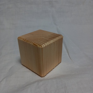 fa kocka, Otthon & Lakás, Dekoráció, Famegmunkálás, Rétegragasztott borovi fenyőből készült, gyalult felületű kb. 6x6x6 cm-es natúr kockák fózolt élekke..., Meska