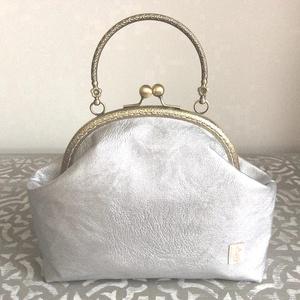 Ezüst színű, textilbőr kézi táska, alkalmi táska, Kézitáska, Kézitáska & válltáska, Táska & Tok, Varrás, Ezüst textilbőrből készült ez az egyedi, csillogó alkalmi táska. A belseje, ezüstös szürke pamut tex..., Meska