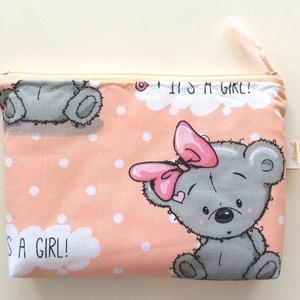 """Kislány született!  - It's a Girl! - Artiroka design , Táska, Divat & Szépség, Táska, Neszesszer, Gyerek & játék, Baba-mama kellék, Varrás, Papírművészet, Pamut textilből készült ez a \""""Kislány született! \"""" macis neszesszer. Bélése hozzá illő pamut textil,..., Meska"""