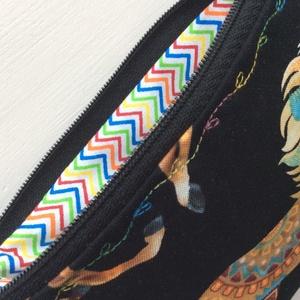 Gyönyörű lovas,  irattartó pénztárca fekete színben, színátmenetes cérnával varrva  (Mesedoboz) - Meska.hu