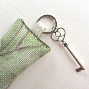 Levendula virággal töltött kulcstartó, leveles  mintás vászonból, szív fejű vintage kulccsaL - Artiroka design - 117 (Mesedoboz) - Meska.hu