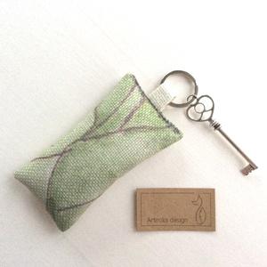 Levendula virággal töltött kulcstartó, leveles  mintás vászonból, szív fejű vintage kulccsaL - Artiroka design - 117, Táska, Divat & Szépség, Kulcstartó, táskadísz, Otthon & lakás, Ékszer, Varrás, Újrahasznosított alapanyagból készült termékek, Zöld leveles mintás lenvászon textilből készült ez a natur, 100%- ban levendulavirággal töltött  kul..., Meska