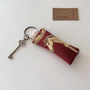 Ló mintás kulcstartó - Artiroka design, Táska, Divat & Szépség, NoWaste, Ékszer, Kulcstartó, táskadísz, Medál, Ló mintás prémium pamut textilből készült ez a kulcstartó. A kulcstartót egy kis vintage kulcs díszí..., Meska