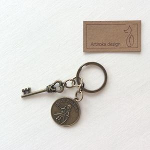 Exupery, a kis herceg  mintás egyedi kulcstartó - Artiroka design, Otthon & lakás, Táska, Divat & Szépség, Kulcstartó, táskadísz, Ékszer, Varrás, Exupery, A kis herceg mintás medálból és egy vintage kulcsból készült ez az egyedi kulcstartó. \n____..., Meska