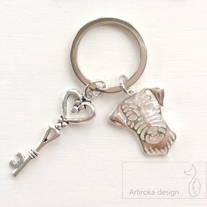 Kutya mintás, egyedi kulcstartó - Artiroka design, Táska, Divat & Szépség, Ékszer, Otthon & lakás, Kulcstartó, táskadísz, Medál, Kutya mintás medálból és egy vintage kulcsból készült ez az egyedi kulcstartó.  Indulj stílusosan ot..., Meska