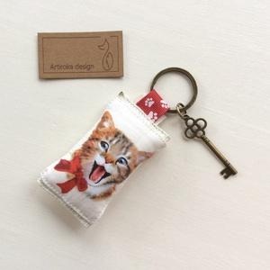 Vidám cica mintás kulcstartó, szív alakú vintage kulcs + tappancs medál - Artiroka design - 115, Táska, Divat & Szépség, Kulcstartó, táskadísz, Otthon & lakás, Lakberendezés, Állatfelszerelések, Ékszer, Medál, Varrás, Ékszerkészítés, Vidám, cica mintás pamut textilből készült ez a kulcstartó. A kulcstartót egy kis vintage kulcs is d..., Meska