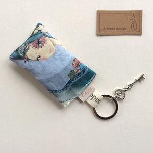Levendula tündér kulcstartó egy kis vintage kulccsal, levendula virággal töltve - Artiroka design, Táska, Divat & Szépség, Kulcstartó, táskadísz, Otthon & lakás, Ékszer, Medál, Lakberendezés, Ajtódísz, kopogtató, Varrás, Újrahasznosított alapanyagból készült termékek, Mirabelle angyal mintás prémium pamut textilből készült ez a kulcstartó, levendulavirággal töltve, a..., Meska