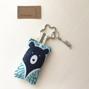 Mackó az erdőben, türkiz színű kulcstartó, virág alakú kulcskarikán +  vintage kulcs - Artiroka design (Mesedoboz) - Meska.hu