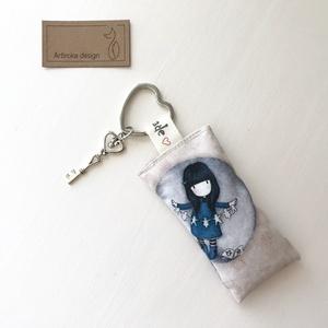 Gorjuss kislány mintás kulcstartó, levendulavirággal töltve, álom feliratú kulcs  díszítéssel - Artiroka design, Táska, Divat & Szépség, NoWaste, Kulcstartó, táskadísz, Gorjuss kislány  mintás, prémium pamut textilből készült ez a kulcstartó. A kulcstartót egy kis vint..., Meska