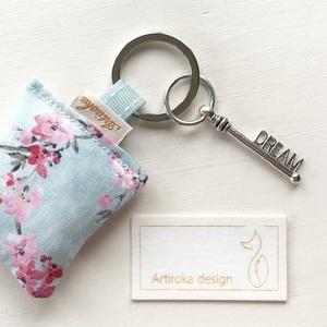 Cseresznyefavirág  mintás kulcstartó, levendulavirággal töltve, álom feliratú kulcs  díszítéssel - Artiroka design, Táska, Divat & Szépség, Ékszer, Kulcstartó, táskadísz, Medál, Cseresznyefavirág mintás, prémium pamut textilből készült ez a kulcstartó. A kulcstartót egy kis vin..., Meska