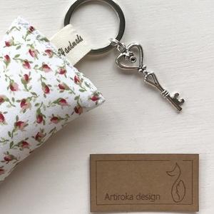 AKCIÓ - Rózsa mintás kulcstartó kis vintage kulccsal  -  Artiroka design - Meska.hu