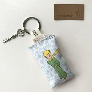 A Kis herceg mintás kulcstartó -  Artiroka design, NoWaste, Ékszer, Táska, Divat & Szépség, Kulcstartó, táskadísz, Medál, Kis herceg mintás pamut textilből készült ez a kulcstartó. A kulcskarika egy szívből áll,  amit egy ..., Meska